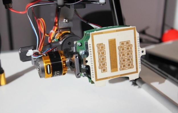 Il micro radar di IMST, l'antenna (la parte piatta anteriore), è grande circa come come una scheda SD standard.